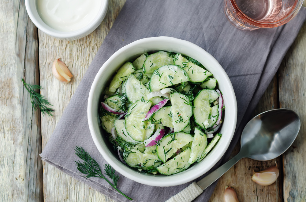 Nechutí vám v tomto teple? Osviežte sa uhorkovým šalátom s bylinkami!