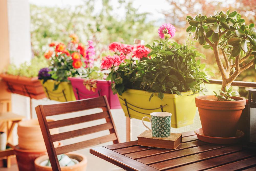 Balkón s kvetmi a dreveným sedením