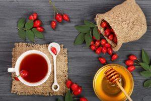 Šípkový čaj a šípky na stole
