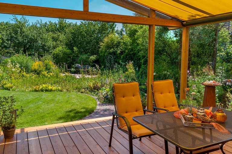 Terasy prepájajú dom so záhradou a vytvárajú ďalší obytný priestor