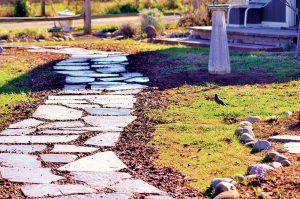 Budujeme chodník z kamenných šľapákov
