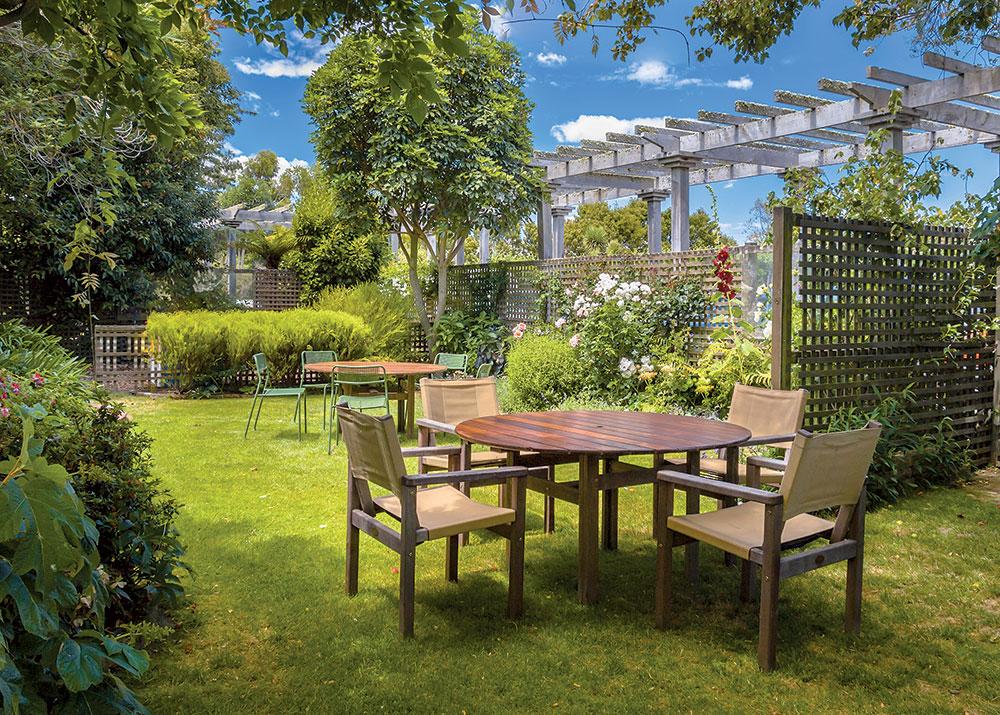 Ako elegantne ohradiť záhradku od suseda a vytvoriť si vlastný svet