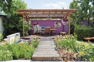Na návšteve: Kvetinová záhrada s pergolou