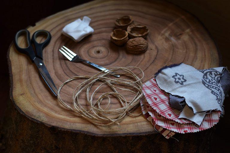 Najjednoduchší postup ako vyrobiť ozdoby z orechových škrupín. Netreba nič šiť ani lepiť!