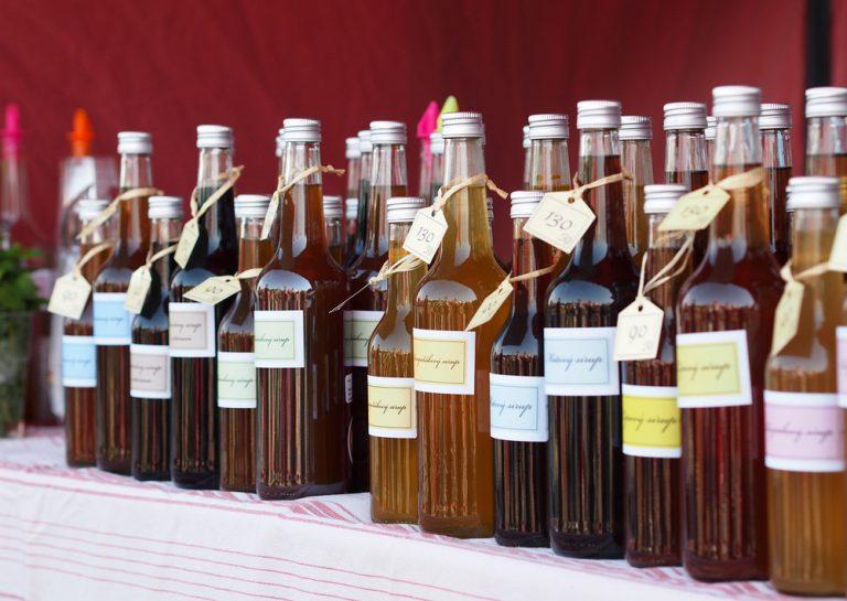 Rôzne sirupy vo fľašiach na poličke