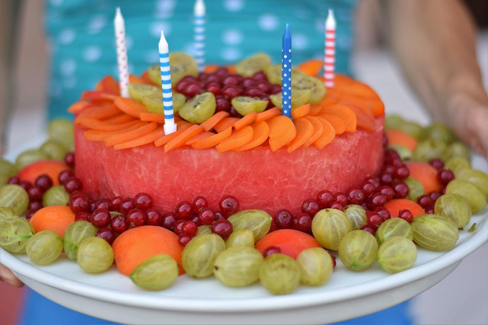 Ovocná torta z melóna, ozdobená drobným ovocím, 5 sviečok