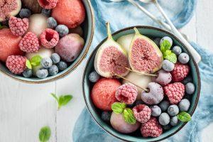 Sorbet v miske s mrazeným ovocím