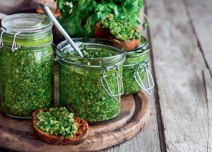 Zelené pesto v pohárikoch