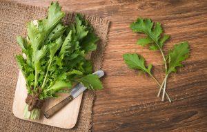 Ázijská listová zelenina na stole
