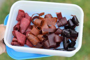 Nastrihané ovocné kože v nádobke