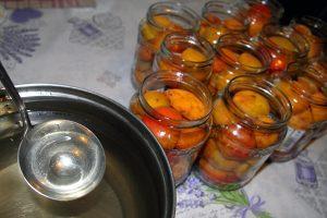 Marhule pripravené v pohároch na zaváranie