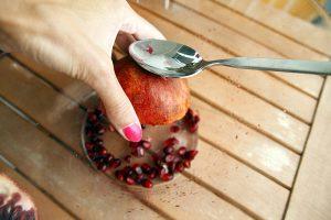 Vyberanie jadierok z granátového jablka