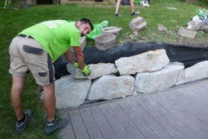 Ukladanie ďalšieho radu suchého múrika z lomového kameňa
