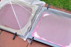 Ovoné kože na plechu prikryté záclonou