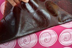 Sťahovanie ovocnej kože zo silikónovej podložky
