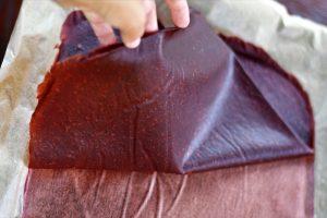 Sťahovanie ovocnej kože z papiera na pečenie