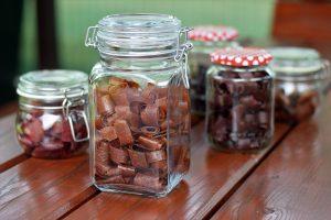 Ovocná koža uskladnená v pohároch