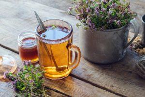 Materina dúška a čaj z nej, položené na stole
