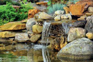 Jazierko s vodopádom v záhrade