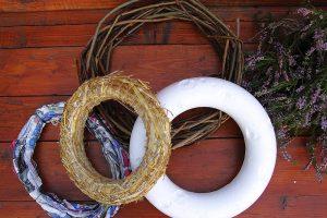 Základy pre veniec z polystyrénu, novín, slamy a prútia