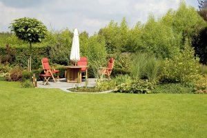 Moderná záhrada, trávnik, zelené rastliny a posedenie