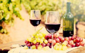 Víno v pohároch na stole s hroznom