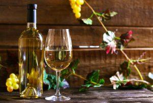Biele víno vo fľaši a v pohári