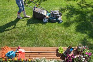 Kosenie trávnika v záhrade