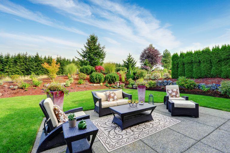 Záhradný nábytok z ratanu na terase