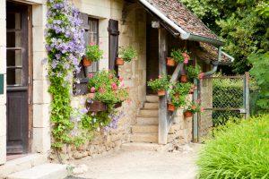 Vidiecky dom s kvetmi