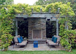 Pergola v záhrade so záhradným sedením