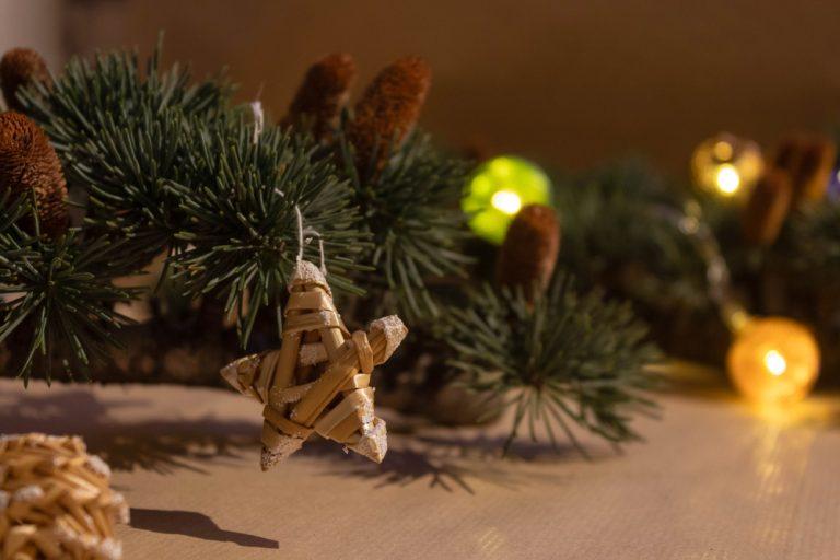 Slamená vianočná ozdoba na vetvičkách