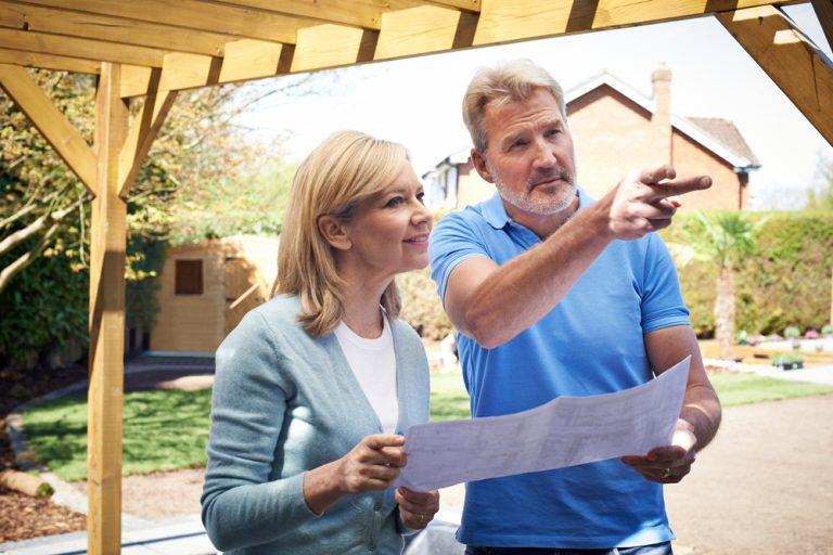 Muž a žena plánujú záhradu