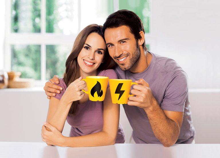 Dvojica so žltými šálkami