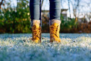 Nohy v topánkach v záhrade, mráz