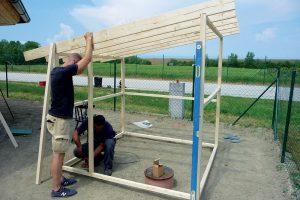 Stavba záhradného domčeka - ukotvenie dverových lát