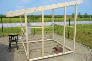 Stavba záhradného domčeka - príprava na dvere