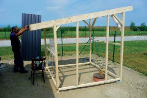 Stavba záhradného domčeka - kontrola spádu strechy