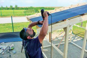 Stavba záhradného domčeka - uchytenie vlnitého plechu