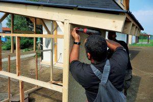 Stavba záhradného domčeka - uchytenie OSB dosiek