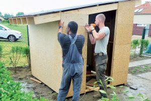 Stavba záhradného domčeka - obloženie OSB doskami