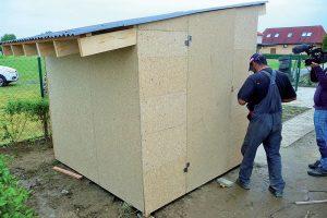 Stavba záhradného domčeka - osadenie dverí