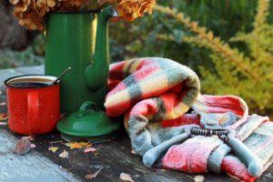 Zamrznutá deka záhradné nožnice, červený hrnček v záhrade
