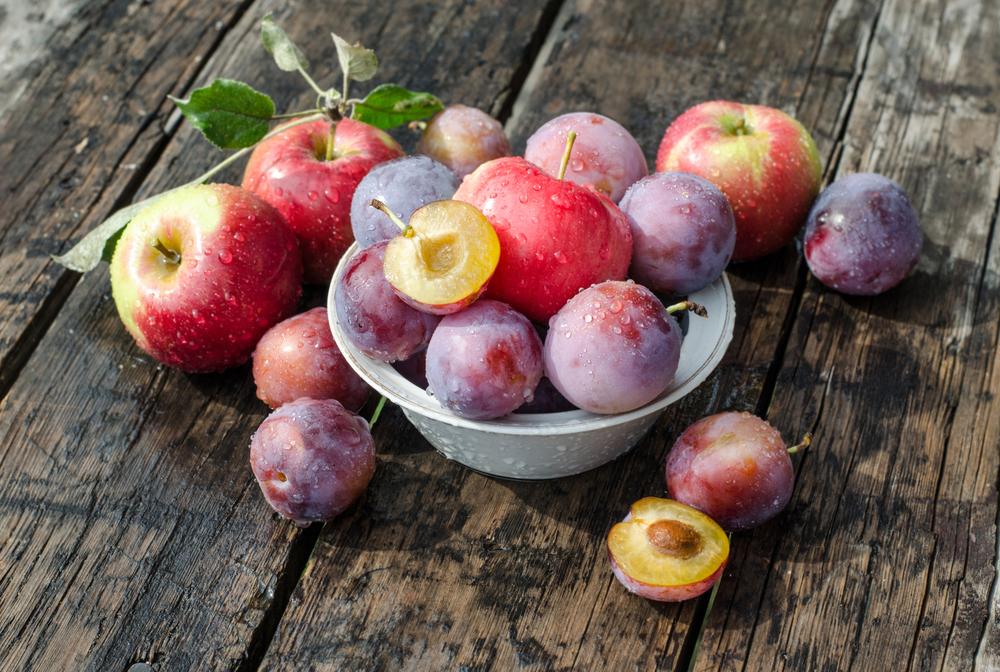 Slivky a jablká