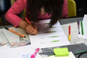 Dieťa rieši pracovný list na tému hrášok