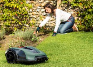 Robotická kosačka v záhrade