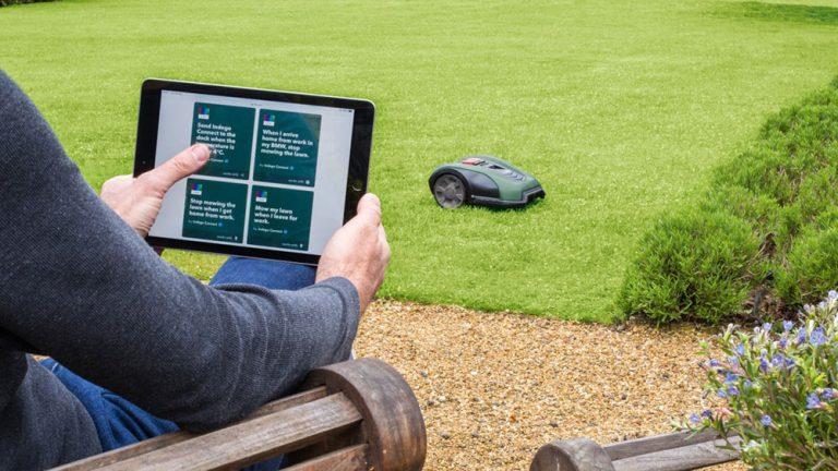 Kosačka Bosch v záhrade a jej ovládanie cez tablet