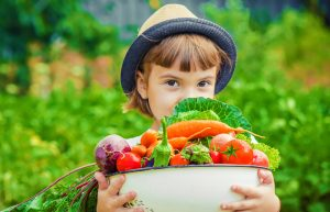Úroda zeleniny, dievčatko