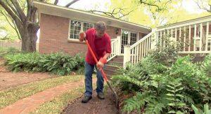 Príprava na vybudovanie obruby trávnika