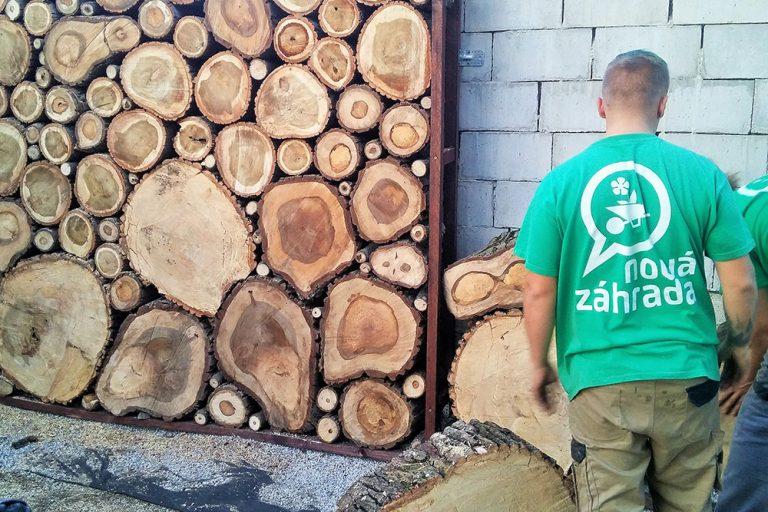 Ukladanie dreva na plot